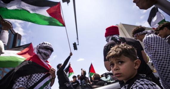Wielotysięczne demonstracje solidarności z Palestyńczykami przeszły ulicami europejskich i amerykańskich miast w związku z poważnym zaostrzeniem konfliktu izraelsko-palestyńskiego. Kilka tysięcy propalestyńskich manifestantów pojawiło się na ulicach Berlina, w sumie ponad 20 tysięcy zebrało się w licznych miastach Francji, w Atenach protest został rozpędzony przez policję za pomocą gazu łzawiącego i armatek wodnych. Za Oceanem protestujący domagali się zakończenia izraelskich nalotów na Strefę Gazy i potępiali poparcie USA dla Izraela m.in. w Los Angeles, Nowym Jorku, Bostonie, Filadelfii i San Francisco.