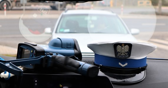 Policyjny pościg na Mazowszu: funkcjonariusze zatrzymali auto, którym uciekało trzech podejrzewanych o kradzież innego samochodu. Padły strzały ostrzegawcze. W akcji zatrzymano jeszcze jednego mężczyznę, który kierował skradzionym pojazdem. Informację w tej sprawie otrzymaliśmy na Gorącą Linię RMF FM.