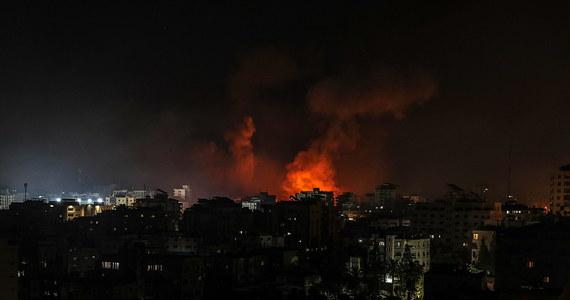 Lotnictwo izraelskie dokonało w nocy z niedzieli na poniedziałek serii ataków na cele w Strefie Gazy - informują miejscowe źródła. Ataki potwierdziła armia izraelska. Hamas dokonał kolejnych ataków rakietowych na Izrael.