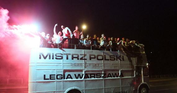 Stołeczni policjanci zatrzymali 16 osób po wczorajszej fecie kibiców, którzy świętowali obronę tytułu piłkarskiego mistrza Polski przez warszawską Legię. 11 zatrzymanych odpowie za przestępstwa. Mandatami ukarani zostali również członkowie drużyny Legii Warszawa. Mundurowi podczas interwencji użyli m.in. pałek i gazu.