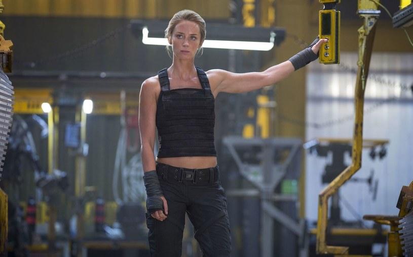 """Futurystyczny film akcji """"Na skraju jutra"""" to produkcja określana mianem """"Dnia świstaka"""" rozgrywającego się w przyszłości. W rolach głównych wystąpili w nim Tom Cruise i Emily Blunt. Choć od dłuższego czasu mówi się o jego kontynuacji zatytułowanej """"Live Die Repeat and Repeat"""" (""""Żyj, umrzyj, powtórz, powtórz""""), to ta do tej pory nie powstała. Według Emily Blunt powodem jest fakt, że film ten jest zbyt drogi, by można go zrealizować."""