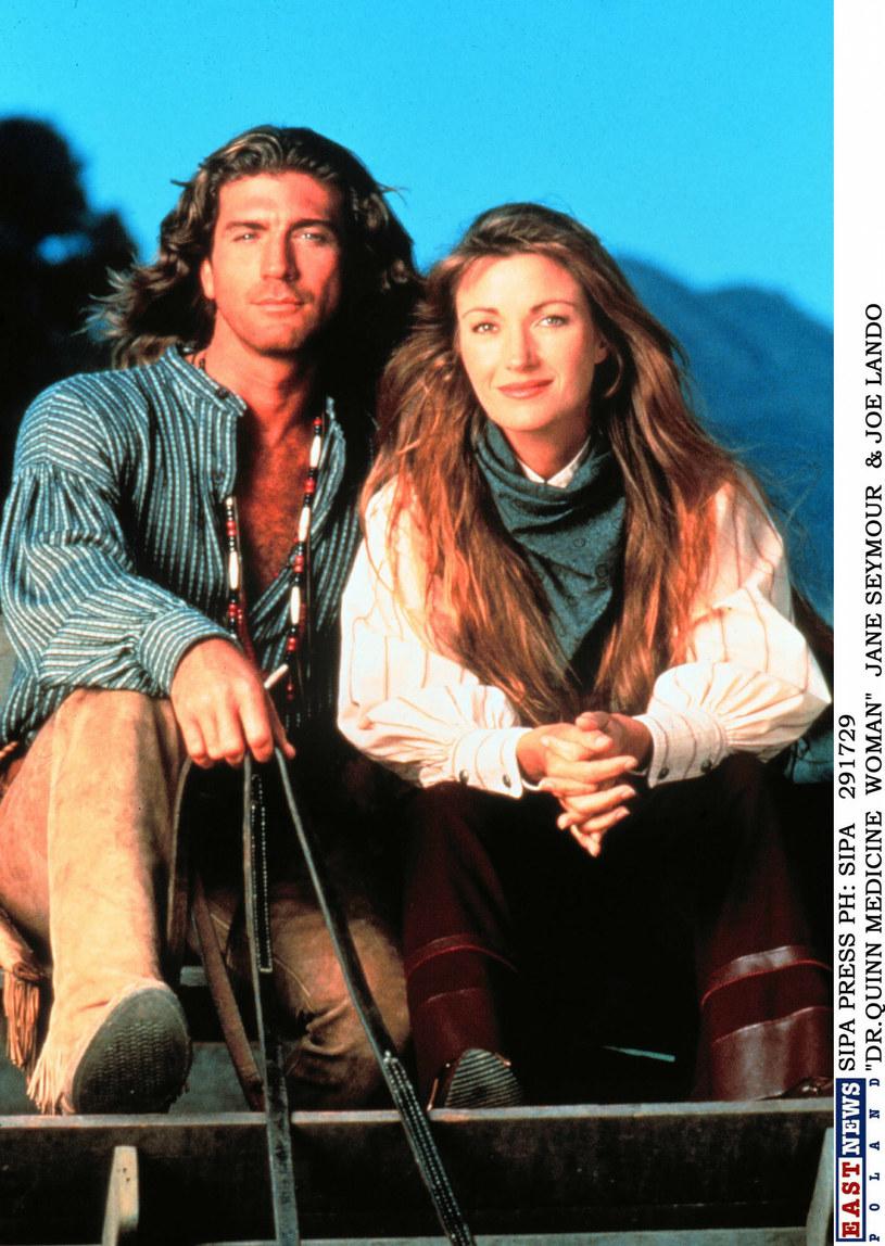 """Miłość, która jest jednym z tematów kultowego serialu """"Doktor Quinn"""", zaistniała nie tylko na telewizyjnym ekranie. Jane Seymour i Joe Lando w rzeczywistości także przeżyli płomienny romans."""