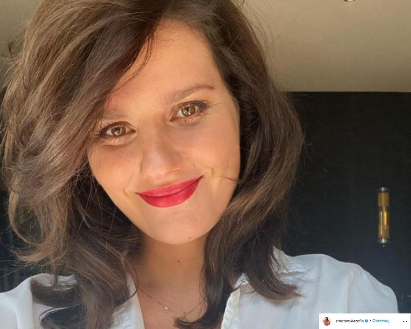 Zofia Zborowska podzieliła się uroczym kadrem, na którym z dumą prezentuje ciążowe krągłości. Nieco później Instagram żony Andrzeja Wrony zasiliły kolejne zdjęcia, a aktorka wraźnie zasygnalizowała płeć oczekiwanej pociechy!