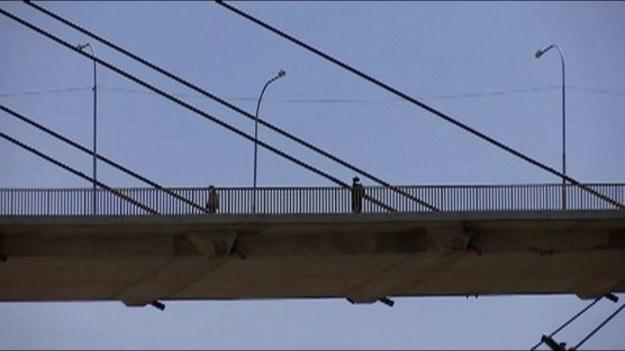"""""""Puente de Las Americas"""", czyli Most Ameryk, z powodu położenia i braku zabezpieczeń jest """"ulubionym"""" miejscem prób samobójczych w La Paz. Boliwijska policja wprowadziła specjalne dyżury monitorujące most, które mają zapobiegać próbom targnięcia się na życie. Kryzys gospodarczy, bezrobocie i epidemia COVID-19 skokowo podniosły statystyki prób samobójczych w Boliwii. Od początku epidemii, tj. od marca 2020, służby odnotowały 181 incydentów zagrażających życiu tylko na """"Moście Ameryk""""."""