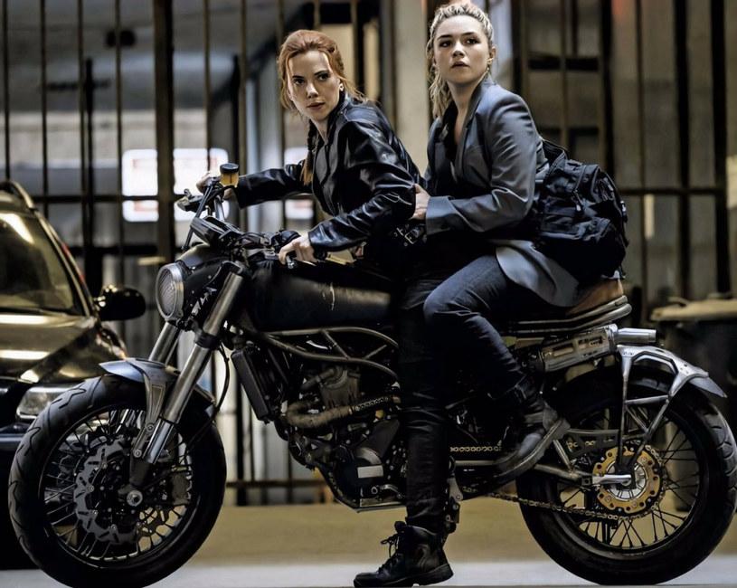 """9 lipca na ekrany kin trafi długo oczekiwany film """"Czarna Wdowa"""". Marvel udostępnił właśnie minutową scenę pościgu samochodowego z udziałem gwiazd produkcji: Scarlett Johansson i Forence Pugh."""