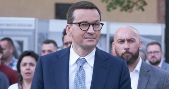 """Podniesienie kwoty wolnej od podatku będzie kosztowało budżet państwa i samorządy ok. 22 mld zł, inne wydatki zaplanowane w Polskim Ładzie to dodatkowe 20-30 mld zł, więc w zależności od roku musimy znaleźć finansowanie na ok. 2 proc. PKB - mówił w poniedziałek podczas sesji """"Q&A"""" na Facebooku premier Mateusz Morawiecki."""