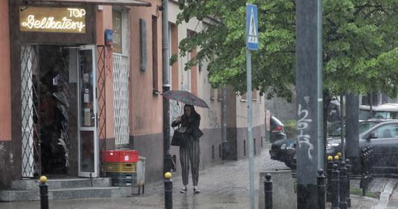 Dziś właściwie w całej Polsce choć trochę będzie padał deszcz. Najintensywniej na południu, zwłaszcza na południu Małopolski i na Górnym Śląsku. Miejscami mogą wystąpić burze oraz grad.
