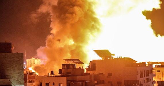 Izraelska armia poinformowała rano, że w nocnych nalotach na Strefę Gazy zniszczyła 15 km tuneli używanych do celów militarnych przez palestyńską radykalną organizację Hamas oraz wyrzutnie skierowanych na Tel Awiw rakiet. Siły zbrojne częściowo zbombardowały również klinikę al-Rimal. W efekcie jedyne w enklawie laboratorium nie jest już w stanie przeprowadzać badań przesiewowych na obecność koronawirusa - poinformowały władze lokalne. Odnotowano także wystrzelenie 90 rakiet ze Strefy Gazy na Izrael.