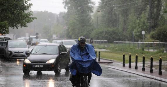 W województwie śląskim już w kilkunastu miejscach przekroczone zostały stany ostrzegawcze na rzekach. W jednym miejscu przekroczony został stan alarmowy. Szybko wzrasta też poziom rzek w Małopolsce. Powodem są utrzymujące się, intensywne opady deszczu.