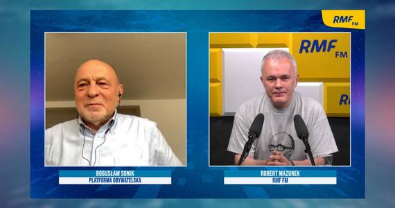 """""""Bunt oficerów pokładowych"""" – tak poseł Platformy Obywatelskiej Bogusław Sonik mówi o dyskusji na temat przywództwa Borysa Budki w partii. Gość Porannej rozmowy w RMF FM twierdzi, że Budka ma poparcie w wielu regionach i przypomina, że o wyborze szefa PO decydują wszyscy członkowie ugrupowania. Niemniej jednak dziś na wieczornym posiedzeniu klubu PO zostanie podjęta debata wokół propozycji dymisji Borysa Budki. """"Należy dać szansę Borysowi Budce"""" – uważa poseł Sonik. Jednocześnie radzi mu, by wykorzystał fakt, że jesienią są wybory i stanął w szranki."""