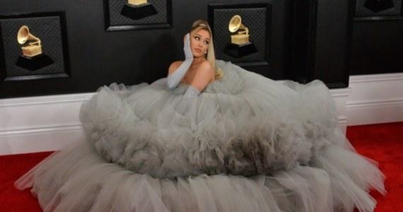Ariana Grande stanęła na ślubnym kobiercu. Informację przekazał portal TMZ. Wybrankiem amerykańskiej piosenkarki jest Dalton Gomez. Uroczystość zaślubin odbyła się w ubiegły weekend w niewielkim gronie.