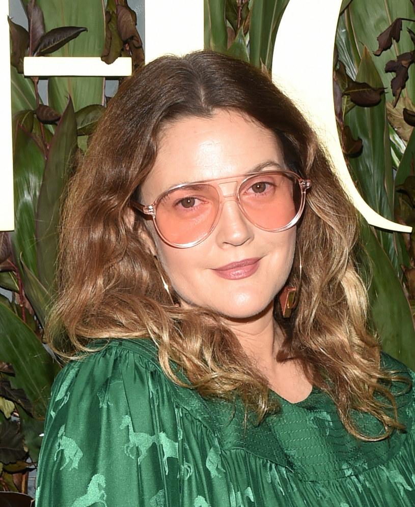 """""""Zostałam w to wmanipulowana"""" - powiedziała Drew Barrymore o współpracy z Woodym Allenem. Wyznanie ze strony aktorki padło podczas rozmowy z Dylan Farrow na temat dokumentu produkcji HBO - """"Allen kontra Farrow"""". Farrow była gościem programu """"The Drew Barrymore Show""""."""