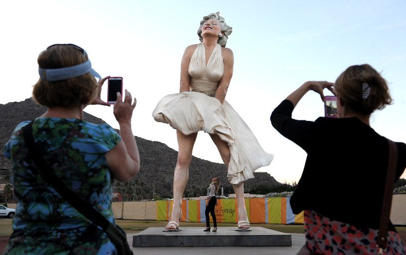 """Po siedmiu latach nieobecności, 26-metrowy posąg będący podobizną Marilyn Monroe wraca na stałe do Palm Springs. Choć statua upamiętniająca ikonę Hollywood jeszcze nie wróciła, już słychać głosy oburzenia. Niektórzy są bowiem zdania, iż gigantyczna rzeźba promuje formę molestowania seksualnego określaną jako """"upskirting"""". W sprawie niedopuszczenia do pojawienia się posągu w mieście powstała nawet petycja, którą podpisało ponad 40 tys. osób."""