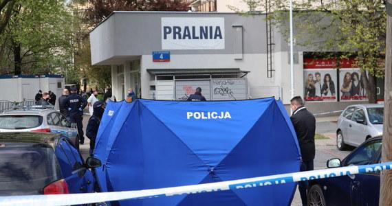 37-latek podejrzany o zamordowanie 73-letniego ojca w pralni na Gocławiu został przesłuchany przez prokuratora. Zarzucono mu dokonanie zabójstwa oraz napaść na dwóch funkcjonariuszy policji. Mężczyzna przyznał się do winy i złożył wyjaśnienia. Przesłuchanie odbyło się w szpitalu, gdzie mężczyzna przebywa od 7 maja.