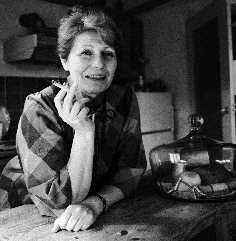 """Kiedy pojawiła się po raz pierwszy na ekranie, krytycy nazwali ją objawieniem polskiego kina. Zachwycali się jej naturalnością i niezwykłym głosem. Przyjaciele twierdzili, że była życzliwa i zawsze uśmiechnięta. Anna Ciepielewska zasłynęła rolami w filmach """"Pasażerka"""" Andrzeja Munka oraz """"Matka Joanna od Aniołów"""" Jerzego Kawalerowicza, jednak wielkiej kariery nie zrobiła. W czwartek mija dokładnie 15 lat od śmierci aktorki."""