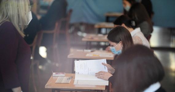 Maturzyści dziś rano przystąpili do pisemnego egzaminu z informatyki. Po południu przystąpili do egzaminów z języka włoskiego: na poziomie rozszerzonym i na poziomie dwujęzycznym. Nie są to egzaminy obowiązkowe.