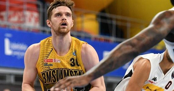 Mógł przebierać w ofertach transferowych, ale zdecydował, że zostanie w Ostrowie Wielkopolski. To przecież z Arged BM Slam Stalą wywalczył tytuł mistrza Polski. Został też najbardziej wartościowym zawodnikiem finałów Energa Basket Ligi. Znalazł się także w szerokiej kadrze na turniej kwalifikacyjny do igrzysk. Pracuje nad utrzymaniem formy, by znaleźć się w wąskim zespole i pojechać do Kowna. Jakub Garbacz opowiedział nam o m.in. o ligowych finałach i o sezonie reprezentacyjnym. Czy polski basket ma szansę po kilkudziesięciu latach zaistnieć na igrzyskach? O to wszystko Jakuba Garbacza pytał Paweł Pawłowski.