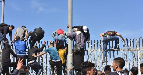 """Ponad 10 tys. nielegalnych imigrantów z Maroka przedostało się w poniedziałek i we wtorek do hiszpańskiego miasta autonomicznego Ceuta w północnej Afryce, a marokańska fala imigracyjna zalewająca enklawę jest """"doskonale zorganizowana"""" - poinformował dziennik """"ABC"""", powołując się na """"najbardziej wiarygodne źródła""""."""