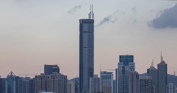 Panika na ulicach chińskiego miasta Shenzhen. Tysiące ludzi zaczęło uciekać po tym, jak wysoki na 300 metrów drapacz chmur zaczął się nagle… chwiać.