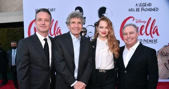 """W El Capitan Theater w Los Angeles odbyła się światowa premiera filmu """"Cruella"""". Na czerwonym dywanie pojawili się grająca główną rolę Emma Stone, a także Kirby Howell-Baptiste i reżyser Craig Gillespie. Twórcy pozowali fotoreporterom bez maseczek. To pierwsza premiera z udziałem gwiazd od ponad roku."""