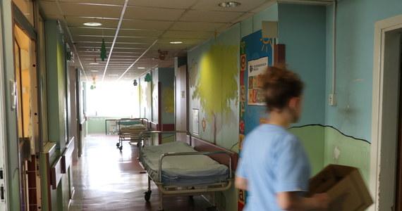 """""""Jedna pielęgniarka, jeden etat"""". Pod takim hasłem w szpitalach w całej Polsce 7 czerwca może odbyć się strajk ostrzegawczy Ogólnopolskiego Związku Zawodowego Pielęgniarek i Położnych - dowiedział się nasz reporter. Przypomnijmy: na początku tygodnia ich rozmowy z ministrem zdrowia zostały zerwane."""