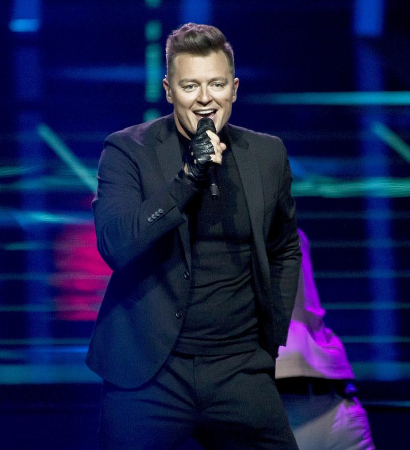 Wybór Rafała Brzozowskiego na reprezentanta Polski podczas Eurowizji 2021 od początku wzbudzał kontrowersje. TVP nie chce jednak ujawnić, kto o tym zadecydował.
