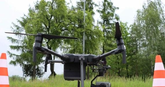 Policyjny dron, wyposażony w 30-krotny zoom optyczny i 180-krotny zoom cyfrowy, lata nad drogami Mazowsza. To nowe narzędzie, używane do obserwowania z góry zachowań kierowców i pieszych. Kiedy dochodzi do łamania przepisów, do akcji wkraczają policjanci z drogówki.
