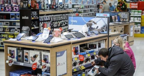 Rząd powinien wycofać się z planów podniesienia opłaty reprograficznej - apeluje Federacja Konsumentów. Chodzi o dodatkową opłatę w wysokości 4 procent od zakupu nowych telewizorów, komputerów, tabletów i pozostałego sprzętu audio-wideo. Rząd zapowiada, że z tych pieniędzy pokryje koszty ubezpieczeń dla artystów.
