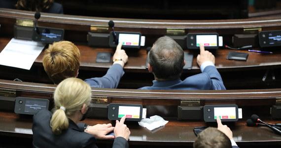 Sejm odrzucił we wtorek wniosek Lewicy o włączenie do porządku obrad projektów dopuszczających przerywanie ciąży do 12. tygodnia oraz depenalizujących taki zabieg. Nie będzie także procedowany projekt Koalicji Polskiej ws. przywrócenia tzw. kompromisu aborcyjnego.