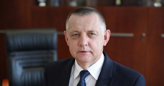 Najwyższa Izba Kontroli skieruje do prokuratury zawiadomienia o możliwości popełnienia przestępstw przez przedstawicieli najwyższych urzędów państwowych - mówi RMF FM prezes NIK Marian Banaś. To pokłosie ogłoszonego w zeszłym tygodniu wyjątkowo krytycznego raportu izby na temat prezydenckich wyborów korespondencyjnych, które nie doszły do skutku, a kosztowały ponad 76 milionów złotych.
