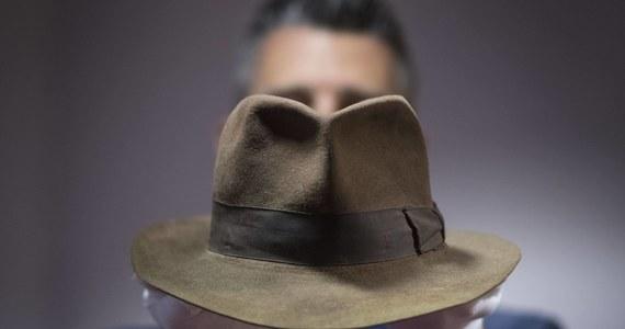 """250 tysięcy dolarów - za tyle może zostać sprzedany kapelusz Indiany Jonesa, który licytowany będzie w przyszłym miesiącu w Hollywood. Na aukcję w """"Fabryce Snów"""" trafią też inne kultowe rekwizyty z filmów, m.in. miecz Toma Cruise'a z filmu """"Ostatni Samuraj""""."""