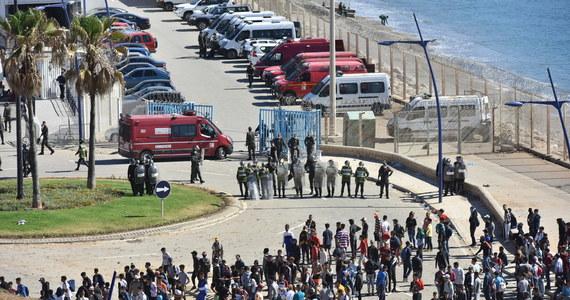 Około 1000 obywateli Maroka zaatakowało w środę wieczorem policjantów pilnujących granicy z Ceutą w miejscowości Castillejos. Do konfrontacji migrantów z funkcjonariuszami doszło kilka godzin po przywróceniu kontroli przez marokańskie służby na granicy z tą należącą do Hiszpanii enklawą.