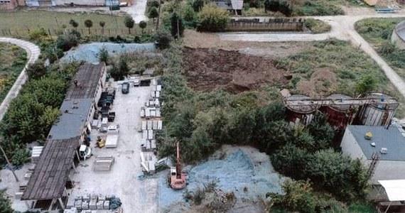 Większość odpadów pochodząca z Krakowskich Zakładów Garbarskich w 2020 roku magazynowana była niezgodnie z pozwoleniami - wynika z dokumentów, do których dotarł dziennikarz RMF MAXXX. Największe kontrowersje budzi fakt, że jeszcze rok temu na terenie zakładu, pod gołym niebem znajdowała się góra niebiesko-szarego odpadu zawierającego toksyczny chrom. Według WIOŚ nasyp ten miał około 50 m² powierzchni i prawie 1,5 m wysokości. Nie wiadomo, gdzie zutylizowano te odpady.