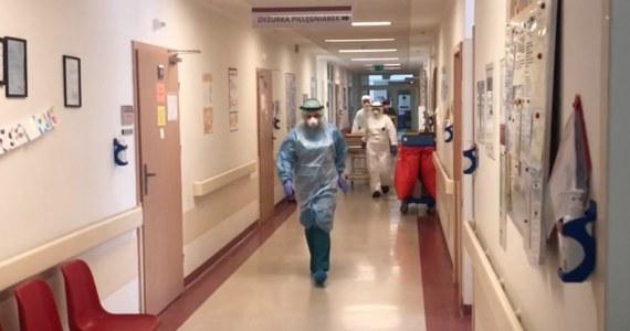 Koronawirus przyczynił się do śmierci m.in. 222 lekarzy, 167 pielęgniarek, 48 dentystów, 21 położnych, 18 farmaceutów, 6 ratowników, 5 diagnostów i 4 fizjoterapeutów – wynika z danych Ministerstwa Zdrowia.