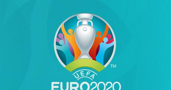 Po roku opóźnienia w związku pandemią, Euro 2020 w końcu może wystartować. Zanim piłkarze wybiegną na murawy stadionów, warto się dowiedzieć na jakich zasadach, kiedy i gdzie odbędzie się turniej, którego stawką jest mistrzostwo Europy. Najważniejsze informacje zebraliśmy w artykule.