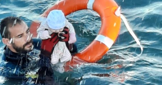 Tysiące ludzi przez morze uciekło z Maroka do hiszpańskiej enklawy Ceuta. Wśród nich było niemowlę, które zostało uratowane przez policjanta przed utonięciem. Zdjęcie z akcji ratowniczej obiegło dziś cały świat.