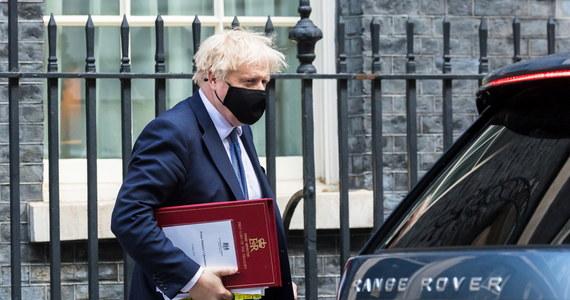 Na tapecie… tapety! Nie cichną echa remontu mieszkania brytyjskiego premiera na Downing Street. Był kosztowny i nie wiadomo, kto za niego zapłacił. W dodatku nie wykonano go właściwie. Brytyjskie media nie odpuszczają tematu.