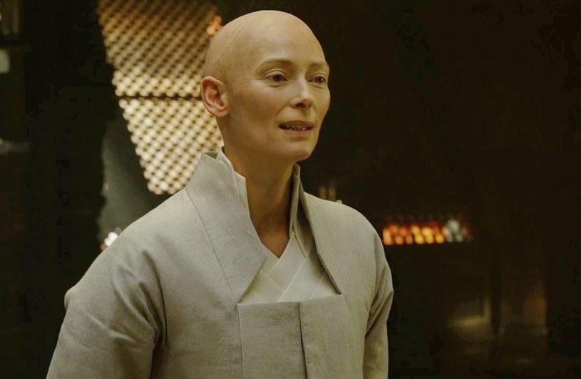 """Powracają echa kontrowersji, jakie przed laty wywołało obsadzenie Tildy Swinton w roli Starożytnego w komiksowym filmie Marvela """"Doktor Strange"""". Oburzenie wynikało z tego, że na kartach komiksów, który posłużył za inspirację do filmu, Starożytny był postacią pochodzenia azjatyckiego. Po latach prezes Marvel Studios, Kevin Feige przyznaje, że powierzenie tej roli Swinton było błędną decyzją."""
