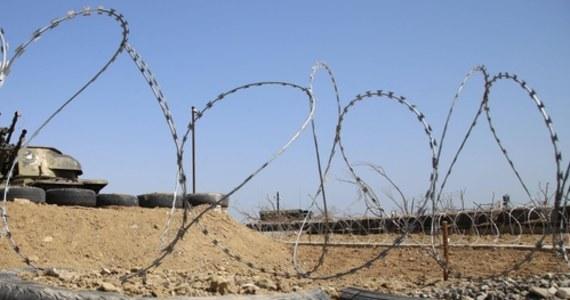 Ministerstwo obrony Armenii poinformowało w czwartek o oddaniu przez siły armeńskie strzałów ostrzegawczych na granicy z Azerbejdżanem w związku z - jak przekazano - wtargnięciem na terytorium Armenii azerbejdżańskich żołnierzy.