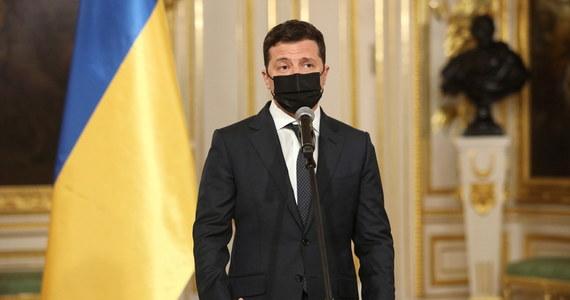 """""""W wielu miastach na Ukrainie średnie wynagrodzenie już dorównuje tej sumie, jaką zarabiają Ukraińcy w Polsce"""" - powiedział ukraiński prezydent Wołodymyr Zełenski, proszony o komentarz do danych, według których z kraju chce wyjechać prawie jedna czwarta mieszkańców."""