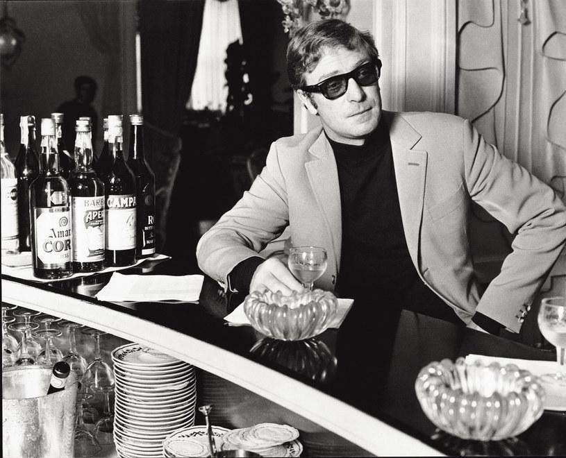 Nestor brytyjskiego kina jest pełen energii do życia, dzięki swoim wnuczętom. Dla nich postanowił skończyć z piciem alkoholu. Ma nadzieję, że dzięki temu będzie żył dłużej, a co za tym idzie, będzie mu dane spędzić więcej czasu z najmłodszym pokoleniem w jego rodzinie.