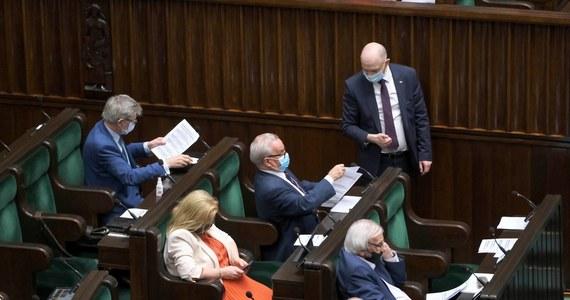 """Sejm zgodził się na poprawkę Senatu w sprawie Deweloperskiego Funduszu Gwarancyjnego. Za obniżeniem maksymalnych stawek procentowych, według których ma być wyliczana wysokość składki deweloperów na rzecz funduszu zagłosowała cała opozycja wraz z udziałem posłów Porozumienia. """"Nigdy nie byliśmy za podwyższaniem podatków"""" - tłumaczy PAP rzeczniczka partii. Z kolei poseł Lewicy Maciej Gdula pyta: """"Gdzie podziała się świeżo odzyskana jedność ideowo-moralna rządu?"""""""