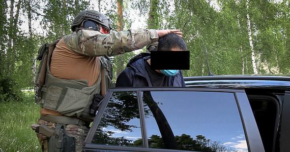 Shalom Lior A. to Izraelczyk z panamskim paszportem, który według prokuratury stał na czele grupy piorącej pieniądze kolumbijskich karteli. Specjalnym konwojem, z zachowaniem szczególnych środków bezpieczeństwa został przetransportowany z Holandii do prokuratury we Wrocławiu.