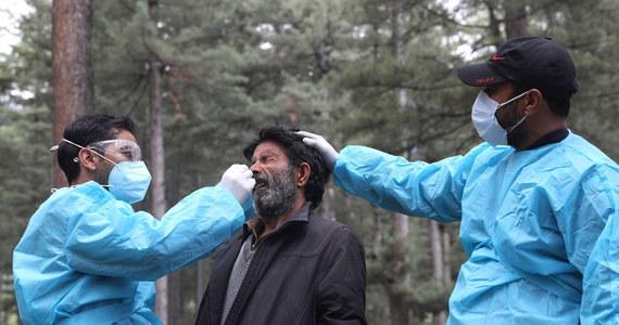 W Indiach wzrasta liczba przypadków mukormykozy, groźnej grzybicy atakującej pacjentów z Covid-19. Tamtejsi lekarze podejrzewają, że może to mieć związek z leczeniem choroby sterydami - informuje agencja Associated Press.
