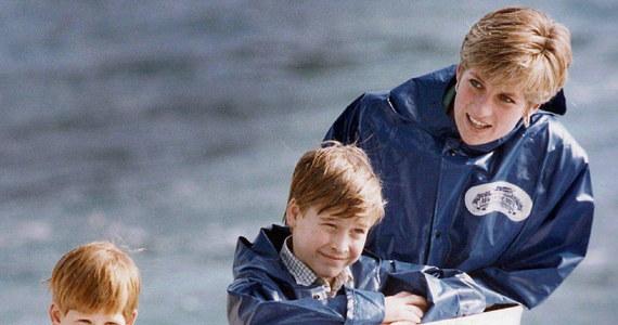 Synowie księżnej Diany, William i Harry ostro krytykują BBC. Powodem jest wynik dochodzenia w sprawie wywiadu, jakiego ich matka udzieliła korporacji w 1995 roku. Jak ustalono, księżna została oszukana przez dziennikarza, a BBC usiłowała zataić sprawę.