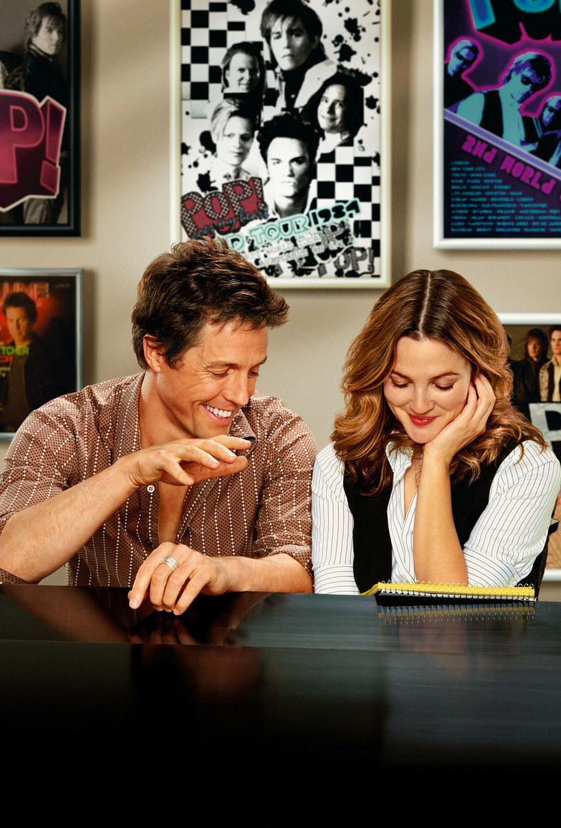 """Drew Barrymore i Hugh Grant od wielu lat są dobrymi przyjaciółmi. Rozmawiając o swojej przyjaźni w nowym odcinku autorskiego talk-show Barrymore, para wróciła wspomnieniami do pewnej """"szalonej nocy"""", podczas której doszło między nimi do namiętnego pocałunku. """"Wpadłam do restauracji, dostrzegłam cię i zamiast normalnie się przywitać, złapałam cię za kołnierz i zaczęłam całować"""" - ujawniła aktorka."""