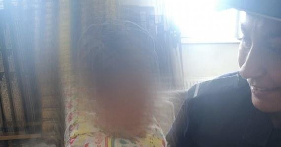 Niespełna 1,5 roczna dziewczynka samotnie spacerowała ulicami Olsztyna. Niecodzienną sytuacją zauważył pracownik jednej z myjni, który zawiadomił policję.