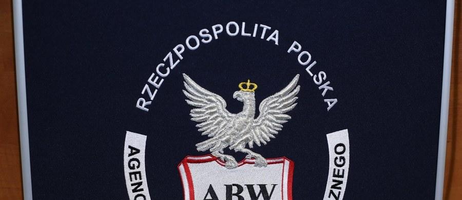 Tragiczny wypadek w centrali Agencji Bezpieczeństwa Wewnętrznego w Warszawie. Jak ustalili reporterzy RMF FM, z okna na czwartym piętrze wypadł funkcjonariusz ABW. Mimo reanimacji - zmarł.