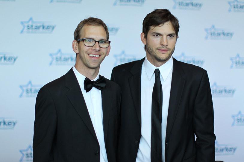 """Słynny aktor w 2003 roku wyznał publicznie, że jego brat Michael cierpi na porażenie mózgowe. Teraz bliźniak gwiazdora zdecydował się opowiedzieć o tym, jak wówczas zareagował na to, co zrobił Ashton. """"Byłem na niego wściekły. Nie chciałem być twarzą tej choroby. Sam nigdy o tym nie mówiłem"""" - stwierdził w rozmowie z """"Today"""" Michael Kutcher. Dodał jednak, że sławny brat wyświadczył mu tym wyznaniem ogromną przysługę."""