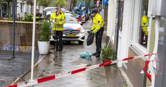 W nocy z piątku na sobotę uzbrojony w nóż mężczyzna zaatakował kilka osób. Jedna z ofiar zginęła na miejscu, a cztery z ranami trafiły do szpitala. Policja aresztowała podejrzanego. Jest nim 29-latek pochodzący z jednej z podamsterdamskich miejscowości.